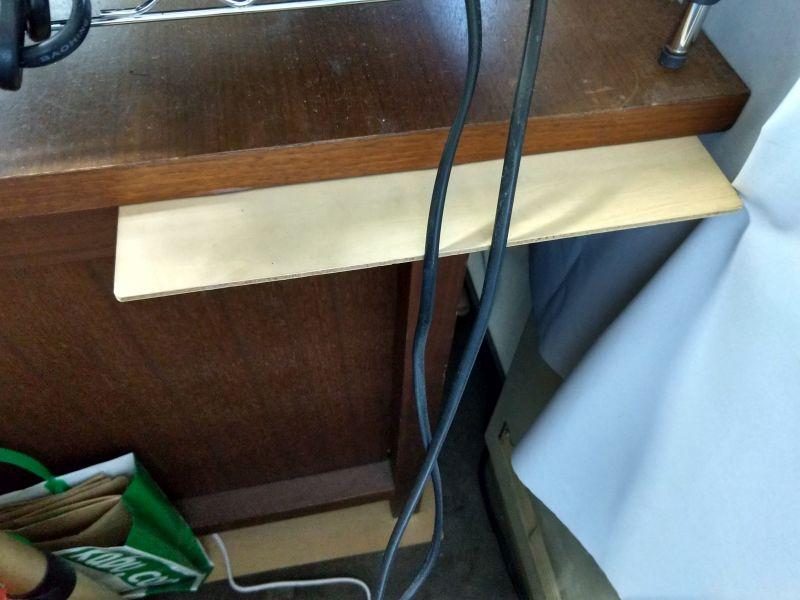 机に台を取り付けた